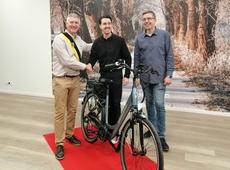 Dirk Van Roey deelt fiets uit